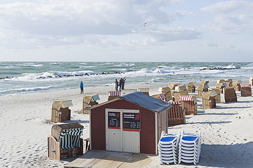 Germany, Mecklenburg Western Pomerania, Beach chair and seagull at Baltic Sea - MJ000102