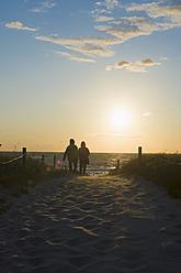 Germany, Mecklenburg Western Pomerania, Couple at Baltic Sea - MJ000115