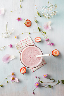 Glass of strawberry smoothie with cornflower blossom - ECF000043
