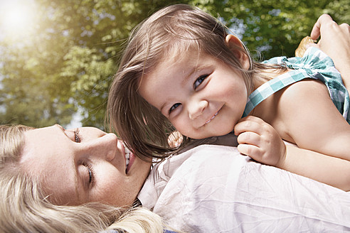 Germany, Cologne, Mother and daughter smiling, close up - PDYF000029