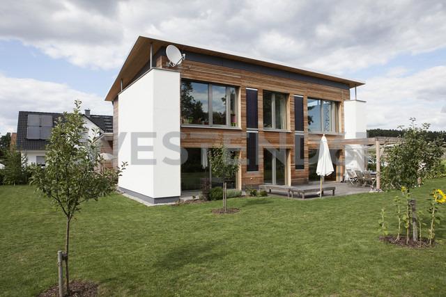 Germany, Bavaria, Nuremberg, View of modern house with garden - RBYF000181 - Rainer Berg/Westend61