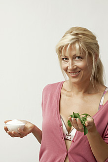 Mature woman holding stevia and sugar substitute, close up - KRF000014