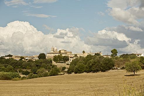 Spain, Mallorca, View of Villafranca de Bonany - MAEF004901