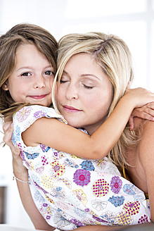 Germany, Mother and daughter embracing - RFF000019