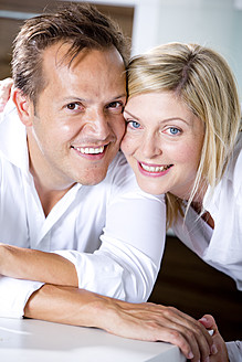 Germany, Mid adult couple smiling, close-up - RFF000005