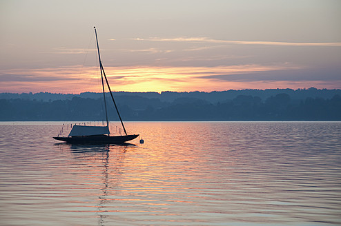 Germany, Bavaria, Sailing boat on Lake Ammersee at sunset - UMF000515