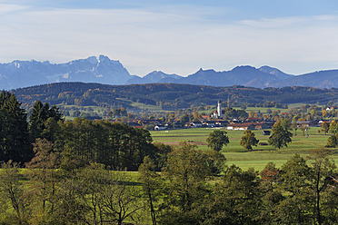 Germany, Bavaria, View of Antdorf and Zugspitze mountain - SIEF002894