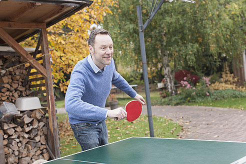 Germany, Leipzig, Mature man playing table tennis - BMF000633