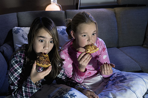 Girls eating pizza while watching scary film - RNF001086