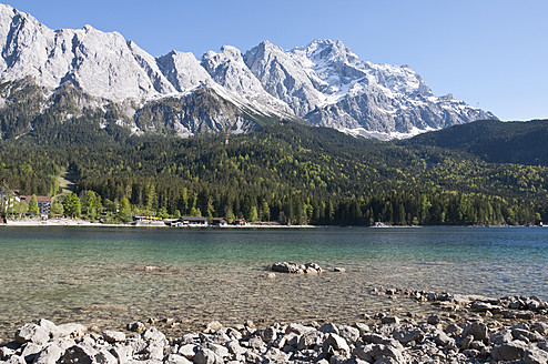 Germany, Bavaria, View of Lake Eibsee with Zugspitze and Wetterstein mountains in background - UMF000574