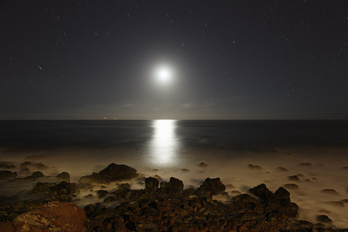 Spain, La Gomera, View from beach of Valle Gran Rey over moonlit sea - SIE003080