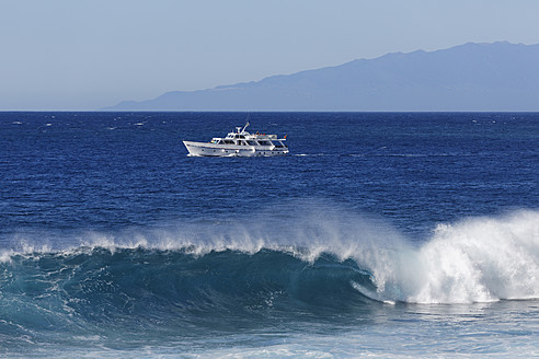 Spain, Breaking of waves with excursion boat at La Gomera - SIEF003090