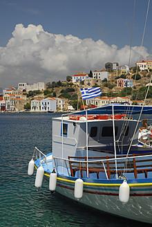 Greece, Kastellorizo, View of excursion boat in bay - MIZ000072