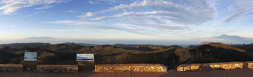 Spain, La Gomera, View from Alto de Garajonay mountain, Tenerife and La Palma in background - SIE003158