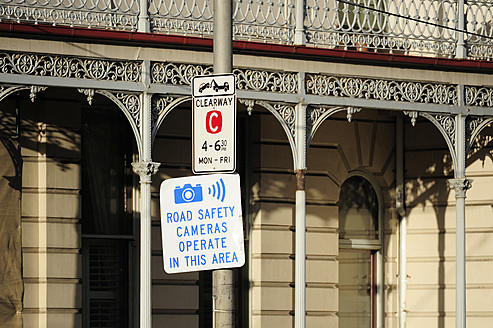 Australia, Victoria, View of road sign at Melbourne City Centre - MIZ000077