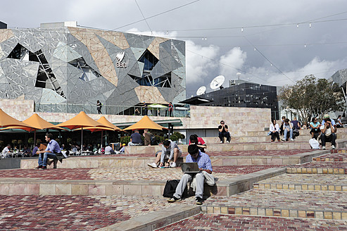 Australia, Victoria, People in front of Federation Square - MIZ000089
