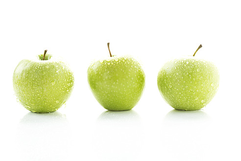 Granny smith on white background, close up - MAEF005578