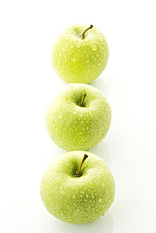 Granny smith on white background, close up - MAEF005580