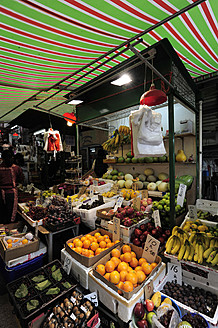 China, Hong Kong, Fruit and vegetables on street market in Chung Wan at Central District - MIZ000177