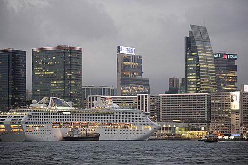 China, Hong Kong, Cruise ship in bay of Victoria Harbour and skyline of Tsim Sha Tsui - MIZ000186