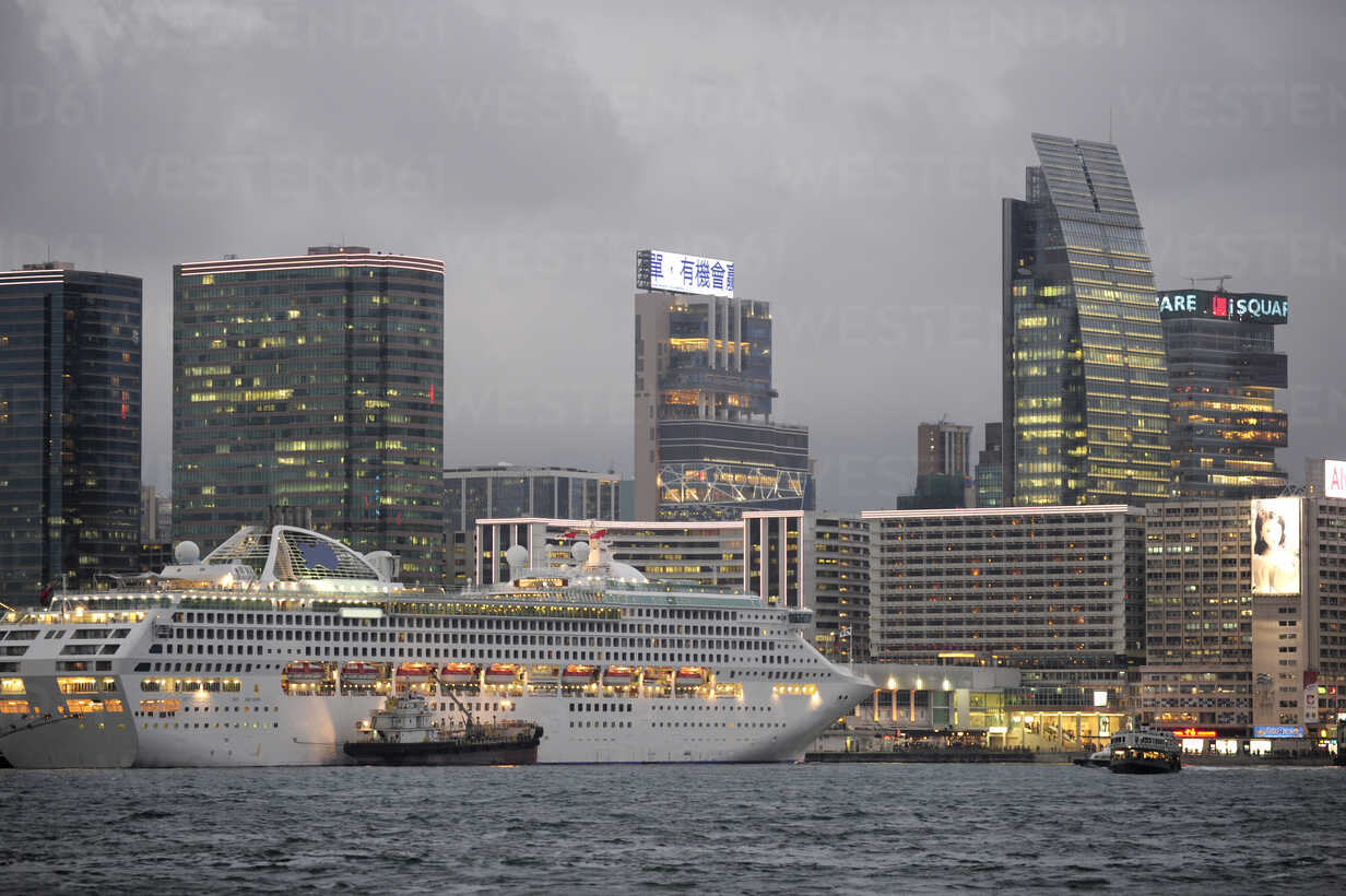 China, Hong Kong, Cruise ship in bay of Victoria Harbour and skyline of Tsim Sha Tsui - MIZ000186 - Michael Zegers/Westend61