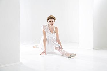 Young woman performing ballet dan - MAEF005779