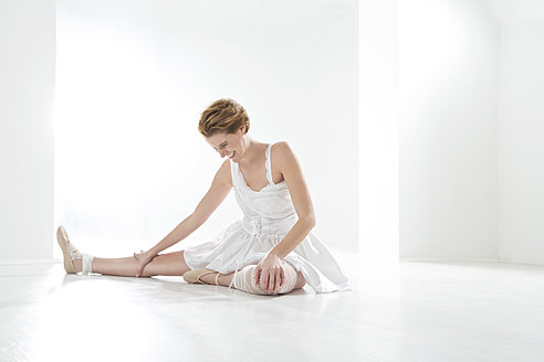Young woman performing ballet dan - MAEF005786