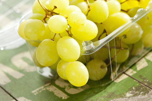 White grapes in plastic dish, close up - CSF016628