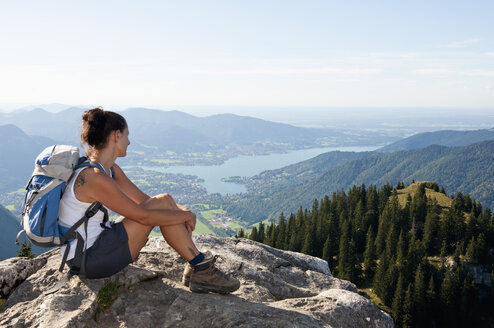 Germany, Bavaria, Mid adult woman looking from Bodenschneid to lake Tegernsee - UMF000584