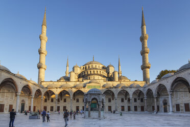 Turkey, Istanbul, Courtyard of Sultan Ahmed Mosque at Sultanahmet district - SIE003380