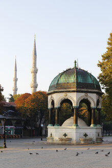 Turkey, Istanbul, Kaiser Wilhelm fountain and Blue Mosque at Hippodrome of Constantinople - SIE003375