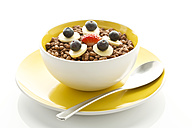 Breakfast bowl of choclate chip cereals with banana, blueberry and strawberry - MAEF005991