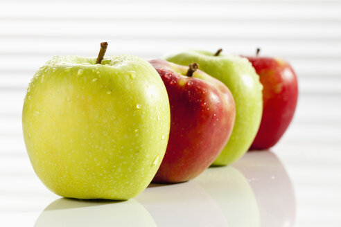 Red and green apples, close up - CSF017503