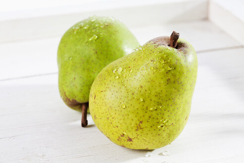 Pears in wooden tray, close up - CSF017455