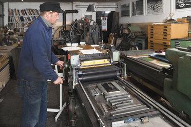 Germany, Bavaria, Man working in print shop - TC003334