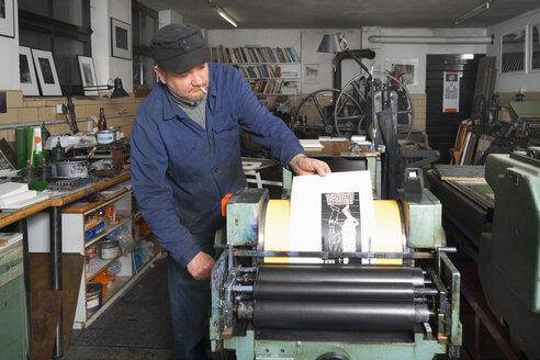 Germany, Bavaria, Man working in print shop - TC003343