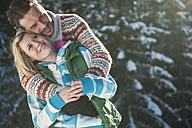 Austria, Salzburg, Man embracing woman, smiling - HHF004536