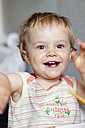 Girl laughing and gesturing, close up - JFEF000055