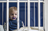 Austria, Wels,  Boy sitting on hospital bed - CW000016