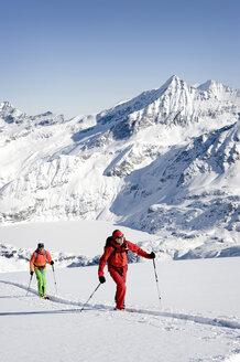 Austria, Men skiing on mountain at Salzburg Land - RN001174
