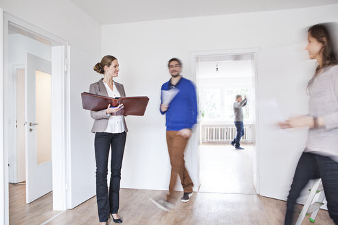 Couple making an agreement with estate agent - FMKF000708