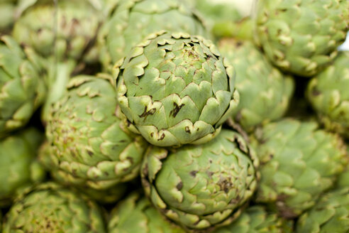 Germany, Duesseldorf, Green artichokes, close up - KVF000003