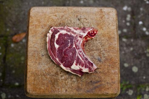 Germany, Duesseldorf, Raw beef on wood block - KVF000006