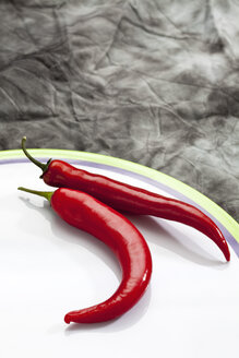 Red peppers on plate, close up - CSF018154
