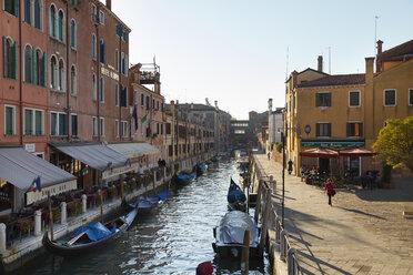 Italy, Venice, Dorsoduro, View of city near canal - HSI000169