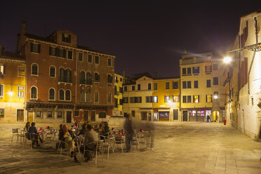 Italy, Venice, People sitting in outdoor cafe - HSI000173