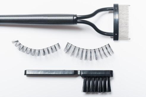 Fake eyelashes, lash comb and brush on white background, close up - TDF000032