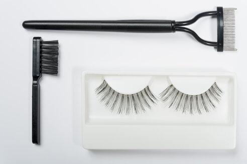 Fake eyelashes, lash comb and brush on white background, close up - TDF000031