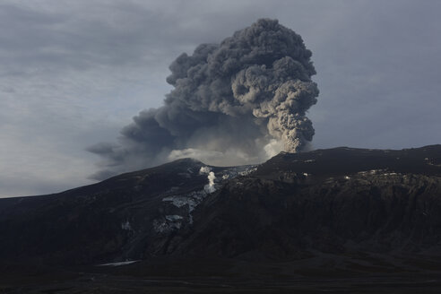 Iceland, View of lava erupting from Eyjafjallajokull - MR001337