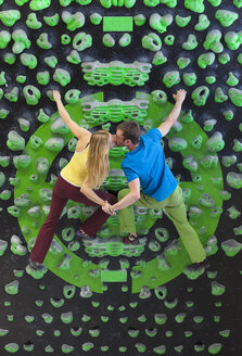 Germany, Bavaria, Munich, Young climbers kissing each other - HSIYF000197